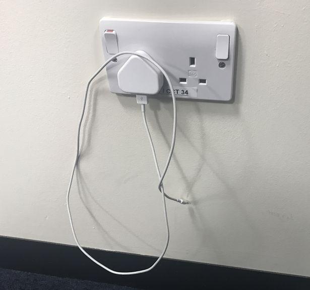 آیا مشکلی ندارد شارژر تلفن همراه همیشه به برق باشد ؟